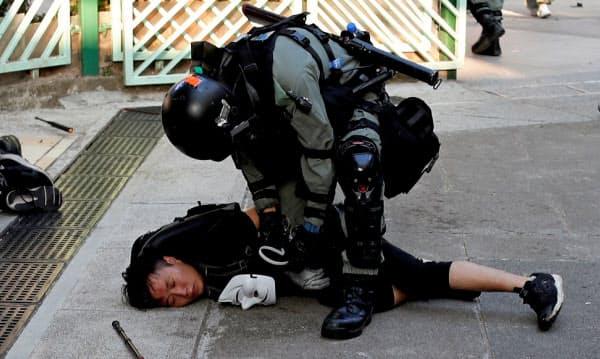 警察とデモ隊の対立が激しくなっている(10日、香港)=ロイター