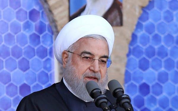 演説するイランのロウハニ大統領=ロイター