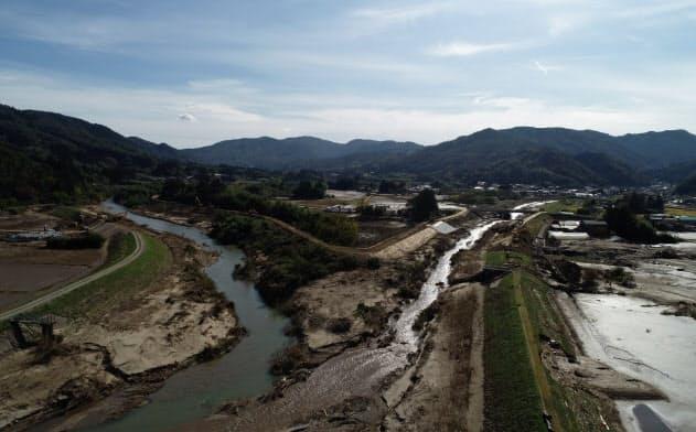 3日、東北大大学院工学研究科の田中仁教授は宮城県丸森町で、台風19号で決壊した阿武隈川支流をドローンで撮影した(同教授提供)