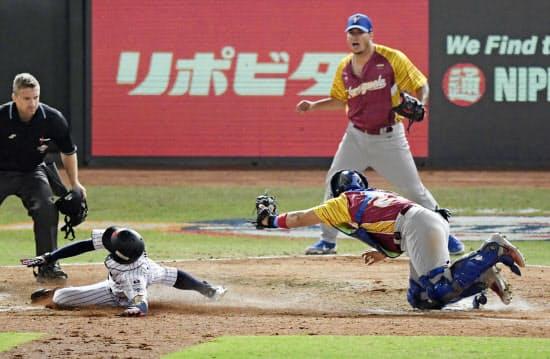 野球には見るものに思わず「アウト」「セーフ」と言わせるような気迫に満ちたクロスプレーもある(「プレミア12」の日本―ベネズエラ戦)=共同