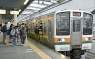 JR両毛線が全面的に運行を再開し、栃木駅に到着した電車(11日午前、栃木県栃木市)=共同