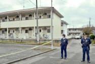 事件があった現場のアパート付近を警戒する警察官(11日午前、栃木県真岡市)=共同