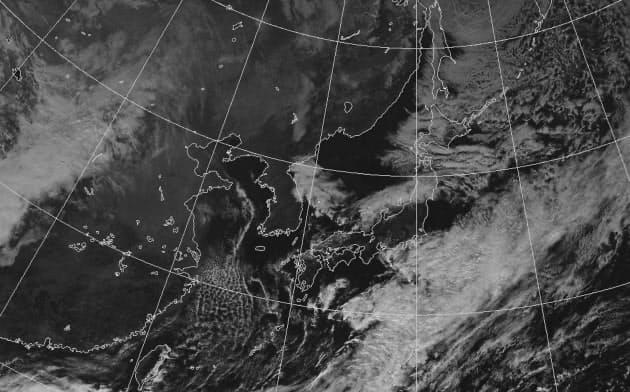 11月9日正午の気象衛星可視画像。筋状の雲が見えるが寒気がそれほど強くなく範囲は限定的だった(いずれも気象庁提供)