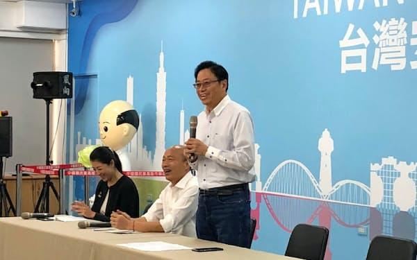 11日、台湾野党・国民党の副総統候補に決まった張善政・元行政院長(右)と、総統候補の韓国瑜氏(中)(高雄市)=韓氏の選挙事務所提供