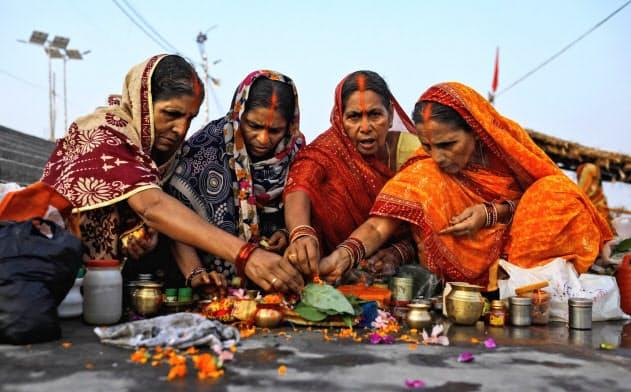インド最高裁が寺院建設を認める判断を示したことを喜び、祈りをささげるヒンズー教徒=ロイター