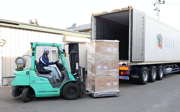 台湾に輸出するコメをコンテナに積み込んだ(11日、秋田県大潟村)