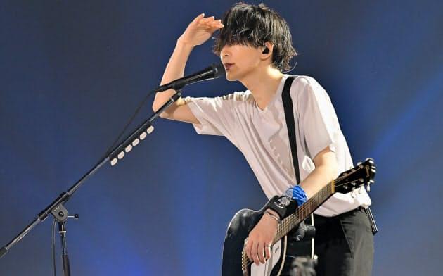 藤原基央は新作アルバムを中心に約20曲を歌った=古溪 一道撮影