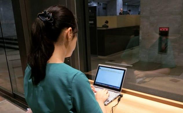 喫茶店でパソコンを開いて仕事をするビジネスパーソン(東京都新宿区)