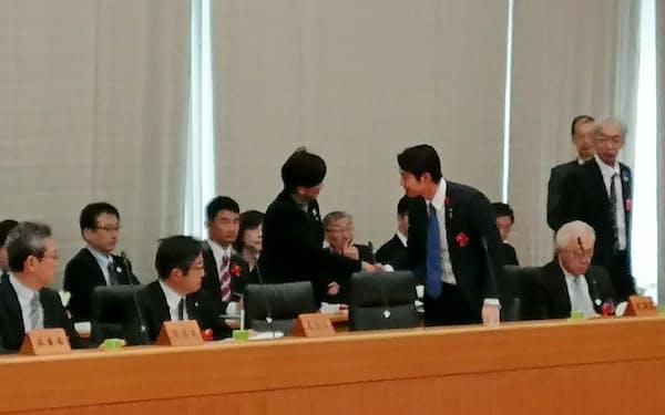 全国知事会議で東京都の小池百合子知事(写真中央)が北海道の鈴木直道知事に声をかけた(11日)