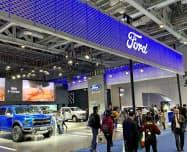 中国で苦戦する米フォード・モーター(上海市で開かれた展示会)