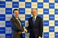 包括提携で合意したオムロンヘルスケアの荻野勲社長(右)とアストラゼネカのパスカル・ソリオCEO(11日、京都府向日市)
