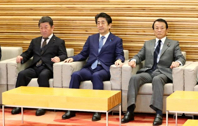 安倍晋三首相は8日の閣議で、経済対策の策定を指示した。