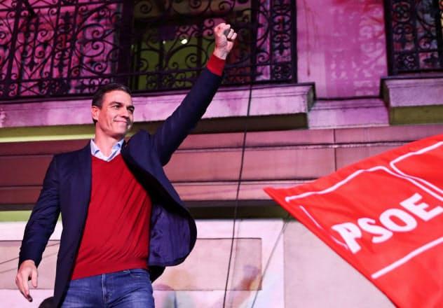 10日、マドリードのスペイン与党・社会労働党の本部で支持者に応えるサンチェス首相=ロイター