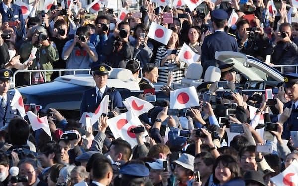 天皇、皇后両陛下に手を振る人たち(10日、皇居前広場)