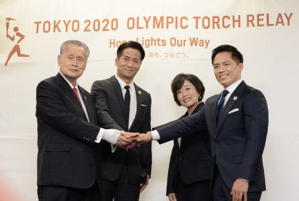 日本人最初の聖火ランナーに選ばれた野口みずきさん(右から2人目)ら(11日、東京都中央区)