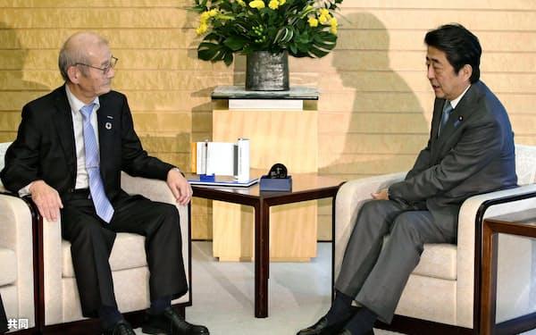 安倍首相(右)を表敬訪問した吉野氏(11日午前、首相官邸)=共同