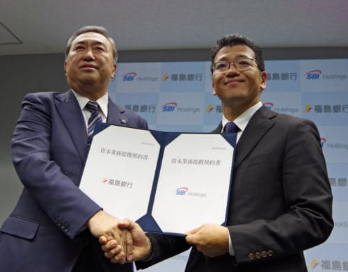 資本業務提携を発表した福島銀行の加藤容啓社長(左)とSBIホールディングスの森田俊平専務