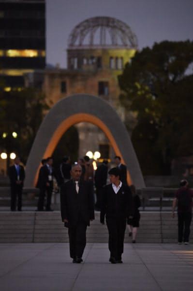 広島平和記念公園を歩く佐藤匠さん(右)と祖父の小原治朗さん(74)。小原さんは38年前の教皇来日時に警察官として警備にあたった=藤井凱撮影