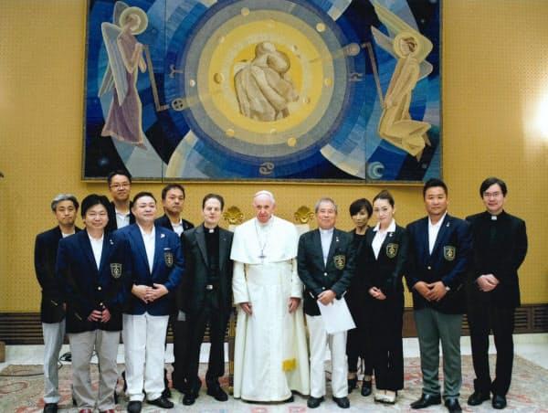 フランシスコ教皇と面会した「天正遣欧使節顕彰会」の人たち(2018年9月、バチカン)=同会提供