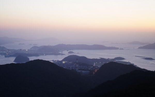 起伏に富んだ長崎の地形。豊かな自然が海の恵みをはぐくむ=樋口慧撮影