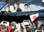 沿道の人たちに手を振る天皇、皇后両陛下(10日、東京都港区)