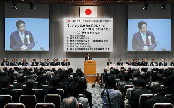 首相が封印する消費税の再増税について経団連は活発な議論を求める(5月、首相があいさつした東京・大手町での定時総会)