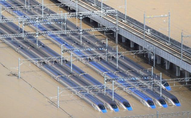 浸水した車両基地に並ぶ北陸新幹線の車両(10月13日、長野市)