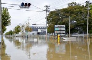 台風通過後も浸水が続いた郡山中央工業団地(10月14日、福島県郡山市)
