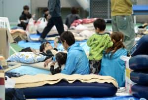 避難所で過ごす人たち(10月15日、長野市)