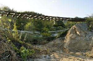 台風19号の被害で宙づりになった三陸鉄道リアス線の線路(10月15日、岩手県山田町)