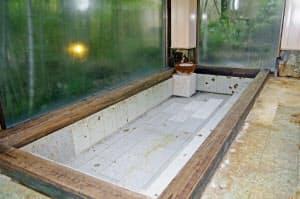 台風19号の大雨による土砂崩れで配管が壊れ、温泉供給ができなくなった旅館の浴槽(10月30日、神奈川県箱根町)