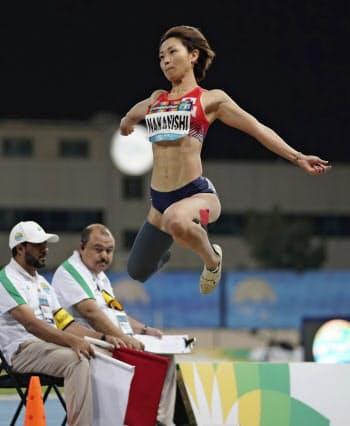 女子走り幅跳び(義足) 5メートル37で優勝した中西麻耶(11日、ドバイ)=共同