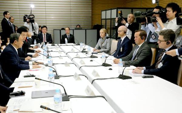 GAFAの担当者(右側)を招きヒアリングが行われたデジタル市場競争会議(12日、首相官邸)
