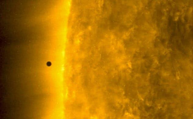 太陽に黒い点、実は水星 前面横切る