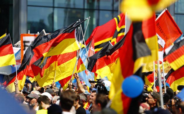 極右政党「ドイツのための選択肢(AfD)」の集会では多くの参加者がドイツ国旗を持つ(2018年=ロイター)