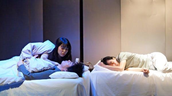 愛の情景が切ない。左から長谷川洋子、浅井浩介、前田司郎