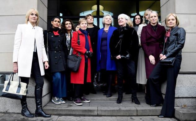 英国では女性の生涯賃金は男性より平均約3680万円低い(賃金格差に関する公聴会に出席するため英議会前に集まったBBCの女性従業員ら)=ロイター
