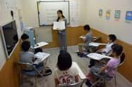 英語を学ぶ子どもが増えている(写真はイーオンの授業風景)