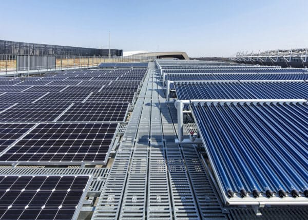 武蔵野の森総合スポーツプラザの屋上には太陽光パネルなどの再生エネ設備が取り付けられた(東京都調布市)
