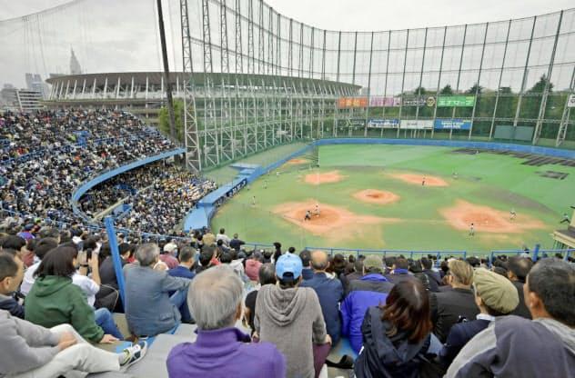 神宮第二球場で行われた最後の高校野球には大勢の観客が訪れた=共同
