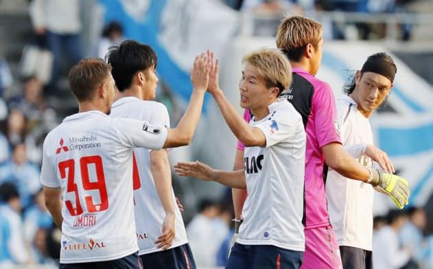 残り3節となったJ1。FC東京は9日の磐田戦に勝ち、勝ち点差1で首位に立つ=共同