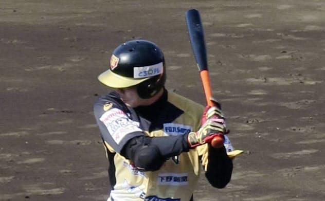 12球団合同トライアウトで打席に立つ西岡(12日、大阪シティ信金スタ)=共同
