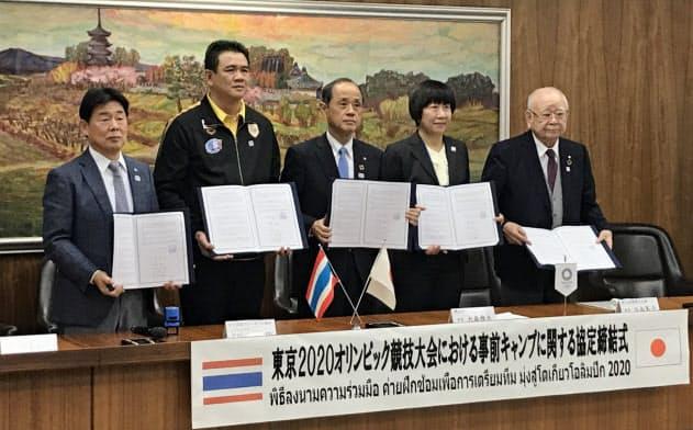 協定締結後に記念撮影に応じる岡山市の大森市長(中央)ら(12日、岡山市)
