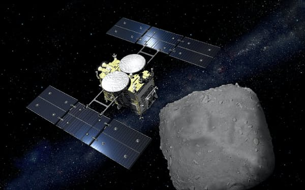 小惑星「りゅうぐう」に到着した探査機「はやぶさ2」のイメージ=池下章裕氏・JAXA提供