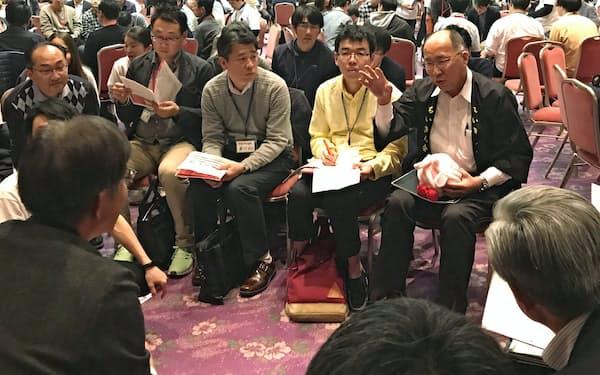 交流会のグループ討論で発言する金融庁の遠藤俊英長官(9日、福島市)