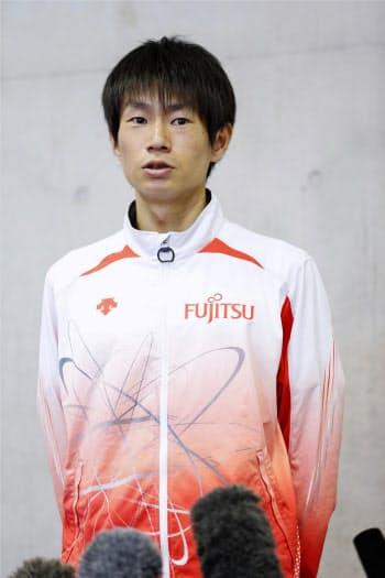 報道陣に練習を公開後、取材に応じる東京五輪男子マラソン代表の中村匠吾(12日、千葉市)=共同