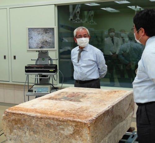 2013年、文化庁長官として高松塚古墳壁画修理施設を視察した=同庁提供