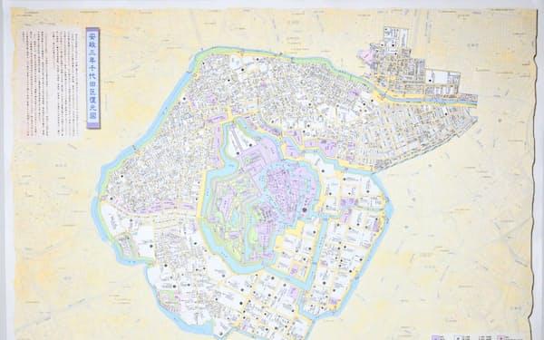 千代田区が区民に配布している江戸時代の地図。中央に江戸城が描かれている