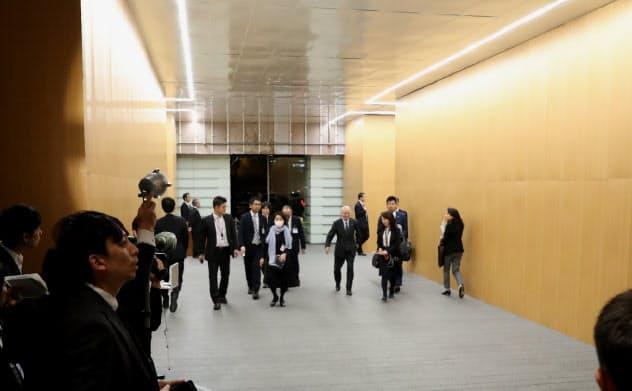 正面玄関から入ってすぐのエントランスホール。夜にはトンネルのように見える。