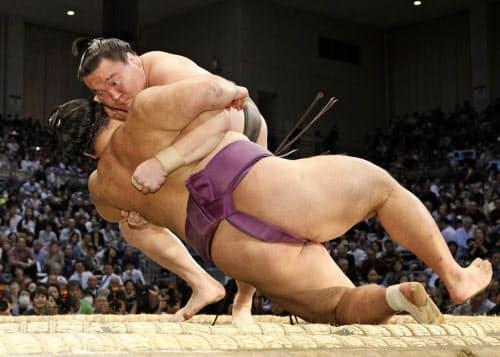 白鵬(奥)がすくい投げで朝乃山を下す(12日、福岡国際センター)=共同